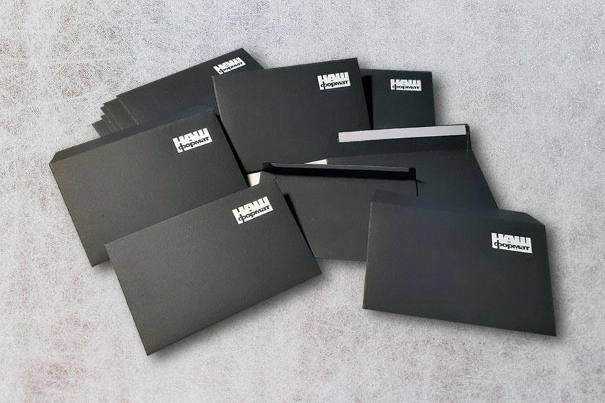 черный конверт с логотипом
